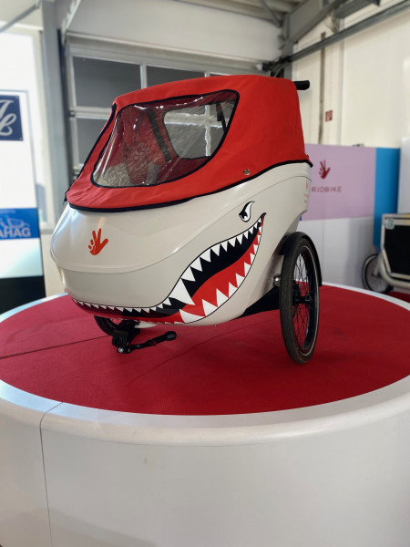 Triobike Mono Mid Drive - Weiß - Brose Drive S - 501 WH Battery - Enviolo CA - Gates Belt - Sitze Seitenpolster Verdeck rot Haifischmaul 01